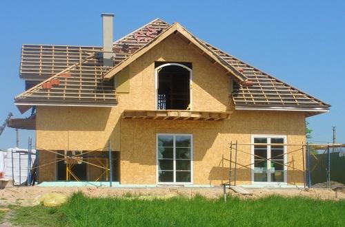 Дом из ОСП достаточно прочен и надежен. Его строительство намного дешевле, чем строительство кирпичного дома.